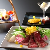 【夏の懐石】料理の中に時折姿を見せる「蛍」の演出。総料理長の遊び心もお楽しみください