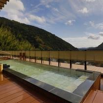 【展望露天風呂「大空」】木のぬくもりとともに温泉をお楽しみください