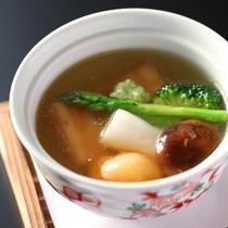 【夏の懐石】山翠楼名物の「三ケ日三段肉の吉野仕立」。北海道産野菜の夏の香りを添えて