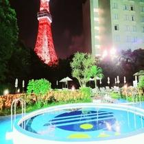 【こどもプール(夜景)とライトアップされた東京タワー】