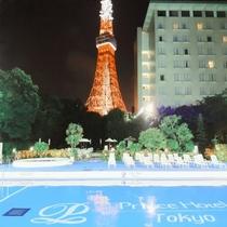 【ナイトプールとライトアップされた東京タワー】