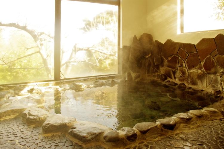 天然岩風呂の温泉でゆったり