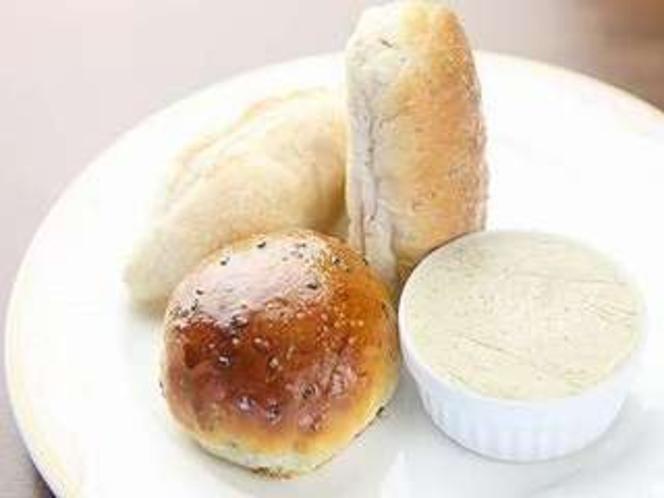 焼きたてパンとハーブバター