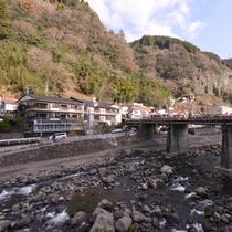 *130年以上の歴史を誇る純和風旅館。湯けむり漂う杖立温泉郷で旅情に浸る