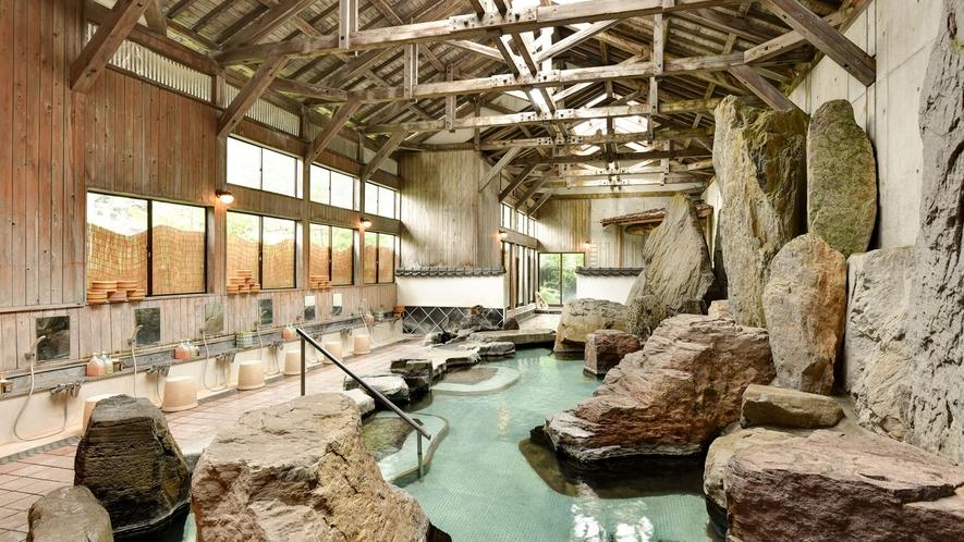 *石庭風呂/巨大な石が配された広々とした大浴場。肌に染み入る元湯の心地よさをご堪能下さい。