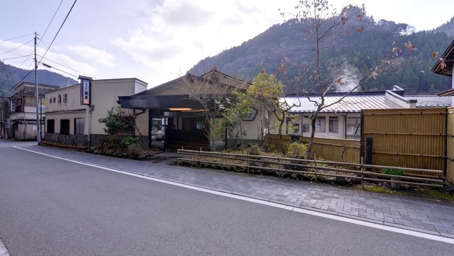 *創業130年以上。歴史深い杖立温泉郷に佇む純和風旅館で寛ぎの休日を。