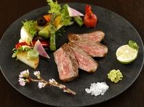 【夕食】季節の創作料理一例(愛鷹牛の岩塩ステーキ)
