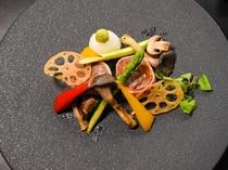 季節限定 寿司会席牛のフィレのベーコン巻き~色とりどりの野菜を添えて~