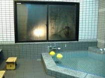 2006年に出来ました1階の浴場です。夜はこのような感じです。