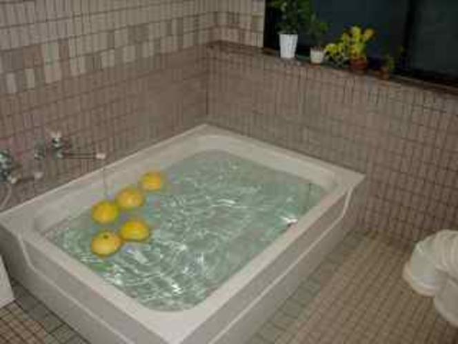 2階の浴場です。この日は地元特産の柑橘類、晩白柚を浮かべています。