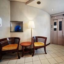 【1階◇フロント】フロント前のスペースは待ち合わせや休憩にお使いください