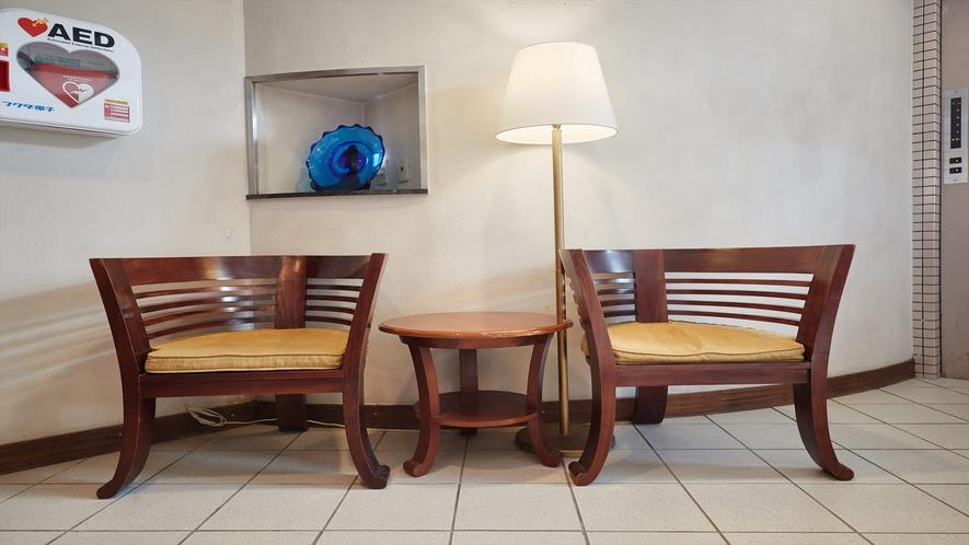 【1階◇フロント】フロント前に椅子をご用意しています