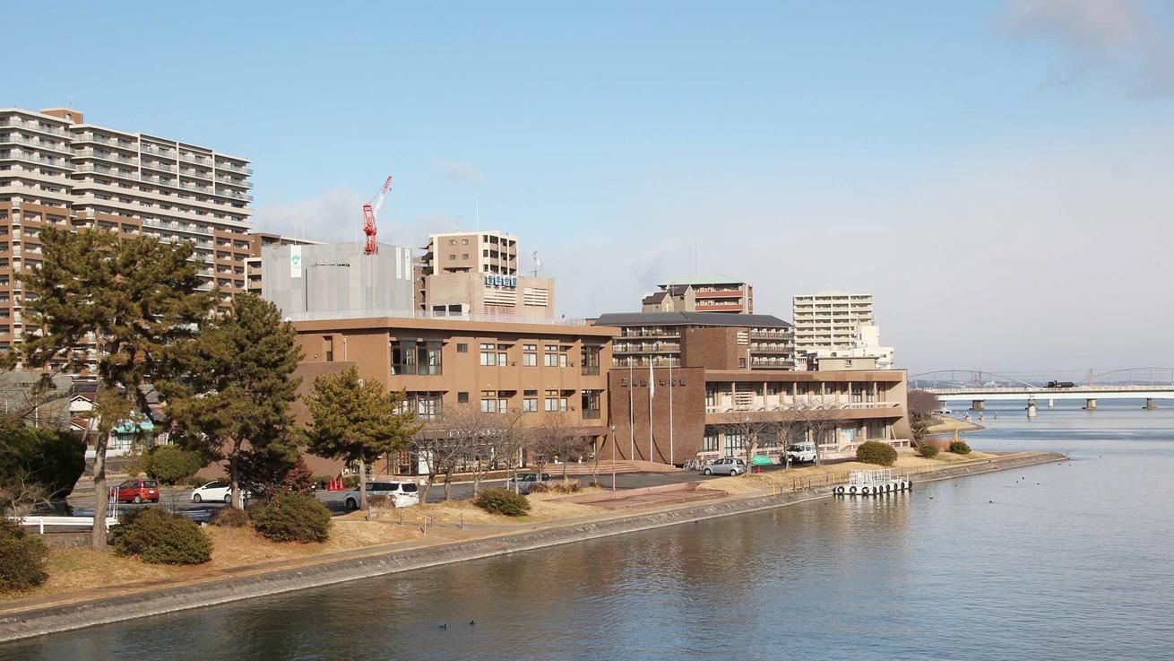 *【外観】当館は瀬田川の中洲に建つ少し変わった立地です。