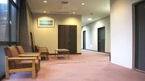 *廊下には休憩できるソファもございます。