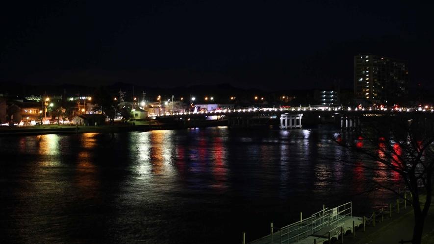 *【お部屋からの景色一例】夜は対岸の夜景もご覧いただけます。