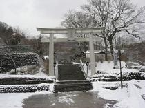 雪と温泉神社鳥居