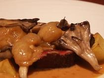 エゾ鹿肉のロースト ブドウのソース