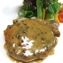 アラカルトディナーメニュー|豚肉のグリーンペッパーステーキ|1,280円