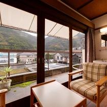 *【和室バストイレ付】窓際に腰かけて、歴史ある日奈久温泉郷を眺めて。