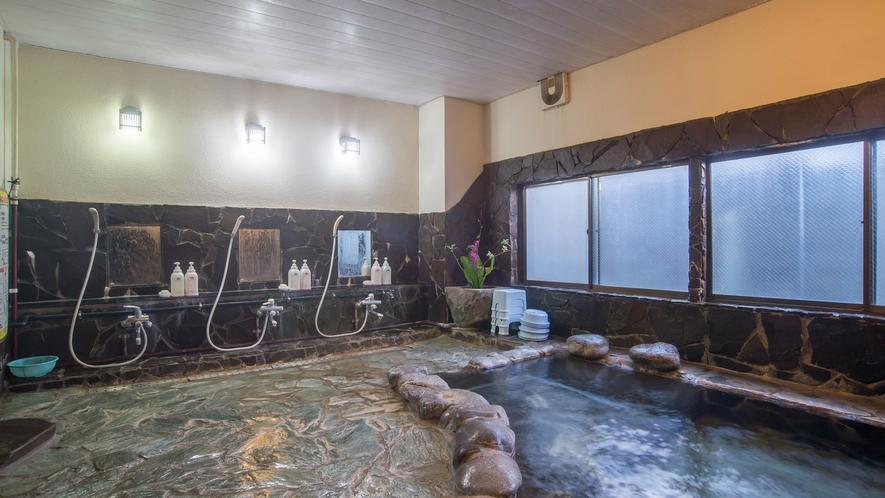 *【大浴場/男湯】泉質は単純温泉でリューマチや神経痛、創傷に効果的です。