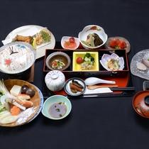 【夕食一例】八代海でとれる新鮮な魚介類をメインに、旬の食材を使ったひと手間加えたお料理が並びます。