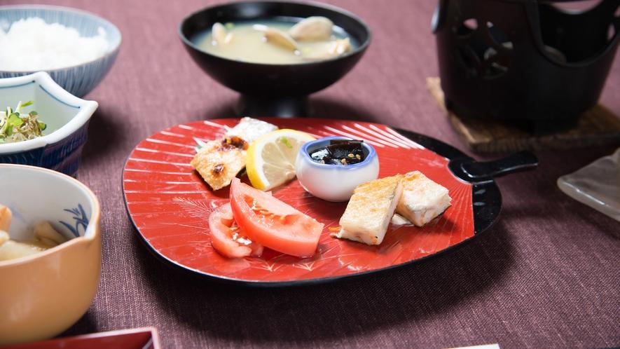 *【朝食一例】あたたかい和定食をお召し上がりいただけます。