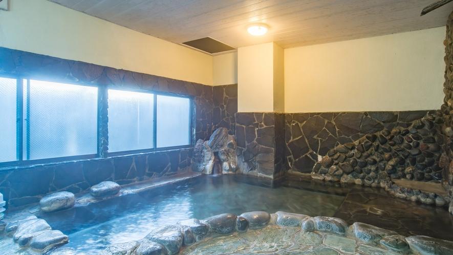 *【大浴場/男湯】球磨川の石を敷き詰めた雰囲気のある岩風呂。