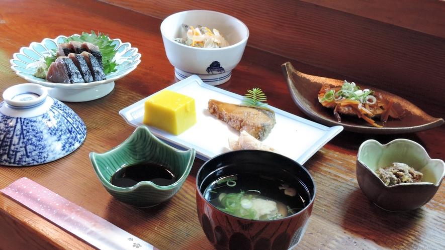 *【夕食一例】女将のこだわりで地のものをなるべく使い、一品一品丁寧に作る和食の創作料理。