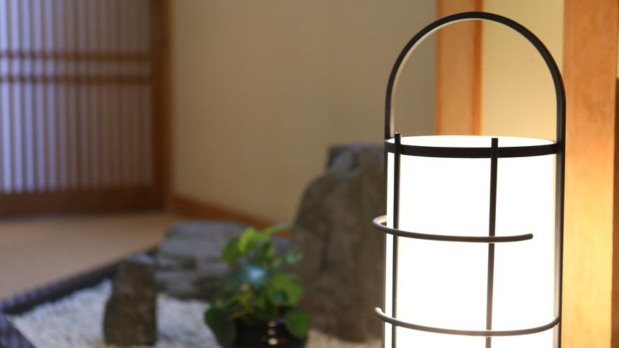 ◇柔らかな明かりが灯る和室ゾーン 皆様を小さな石庭がお出迎え致します