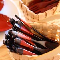 ◇口当たりが優しい木曽漆塗りのスプーン・フォーク 当館お食事処でも使用しております