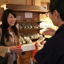 館内の売店では伊香保名物から福一オリジナルまで多くの商品が並ぶ