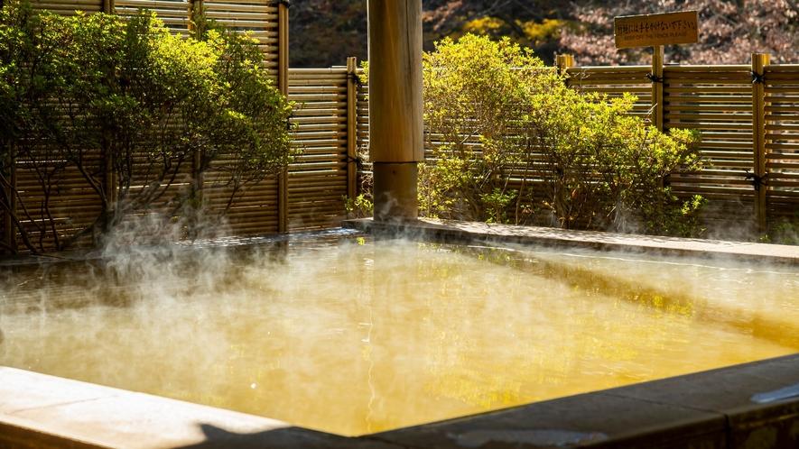 露天風呂から眺める奥伊香保の景色。一面の山々を眺められるのは当宿の自慢の一つ。