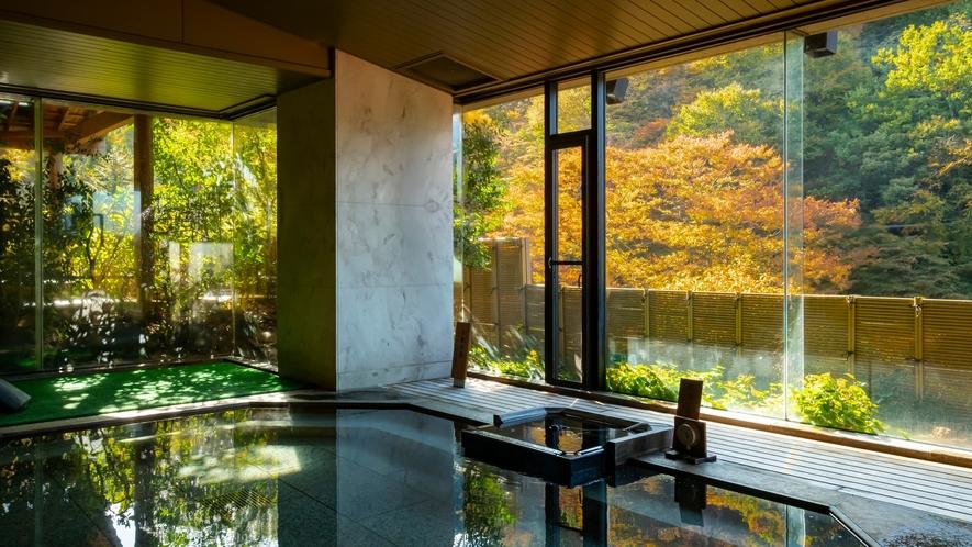 大浴場から眺める奥伊香保の景色。一面の山々を眺められるのは当宿の自慢の一つ。