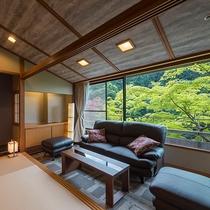 広々とした客室から望む四季折々の景色はまるで絵画を見ているよう。和モダン客室