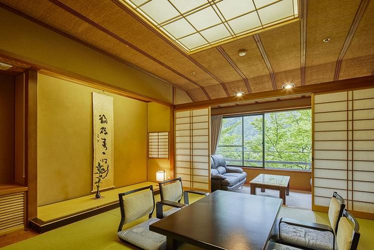 次の間付き客室*上質な和のしつらえ。お部屋から望む山の景色も特長のひとつ。