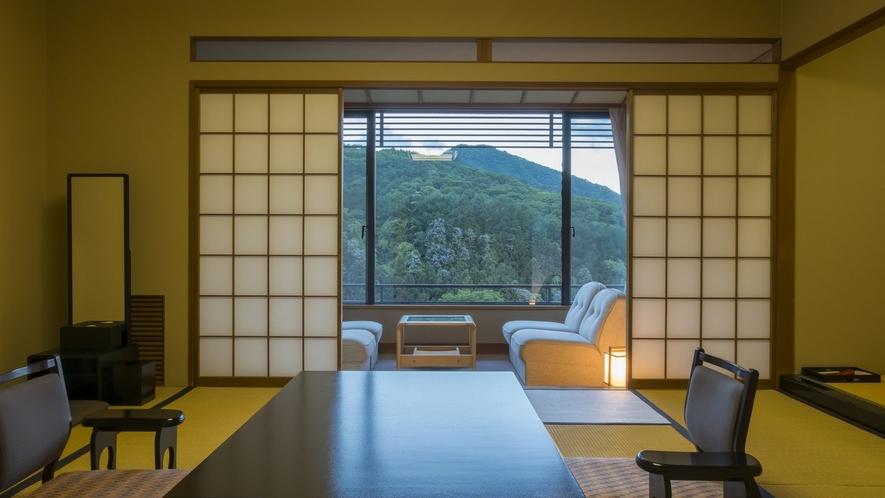 基本客室は全て12.5畳。4名掛けのソファテーブルがありゆったりとお過ごし頂けます