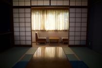 木漏れ日があたる静かな和室②
