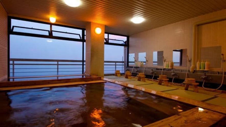【展望大浴場】防水畳を敷き詰め、浴槽全体に檜をふんだんに使った癒しの湯。