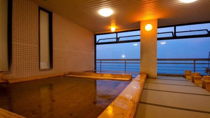【展望大浴場】手前の浴槽は熱め、奥はぬるめと入りやすい工夫をいたしております。