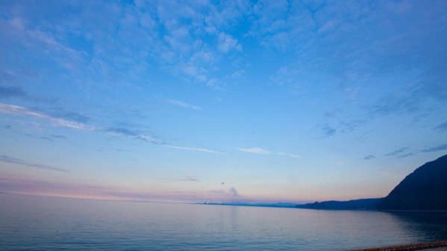 窓の外は一面の海と空