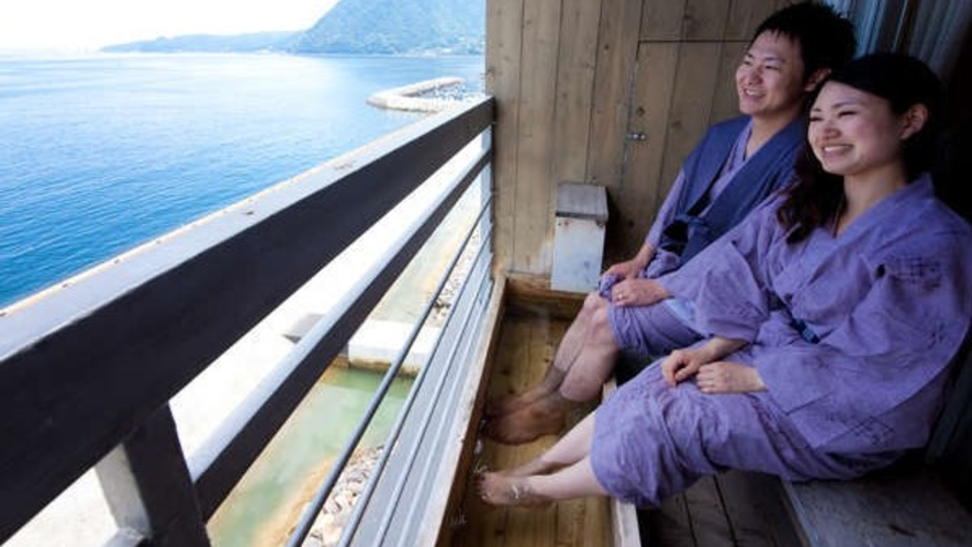 【最上階】広大な海を眺めながら語らう時間。足湯付客室(一例)