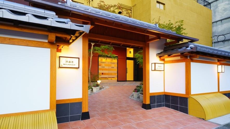 【ようこそ清海荘へ】駒寄を設えた 京を連想させる上質な造りの門です。