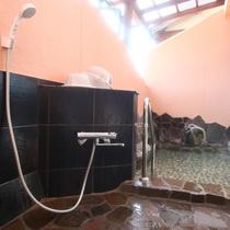 内湯と露天風呂がございます。新鮮で豊富な湯がたっぷり満たされています。