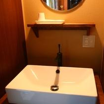 温水洗浄便座・洗面台を設けております。