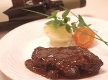 道産和牛を使った赤ワイン煮込み。メインの一皿です。