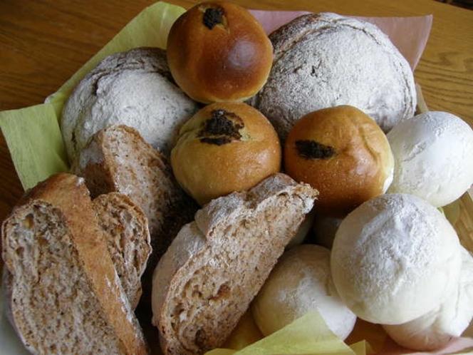 朝は北海道産小麦を使った手作りパンで