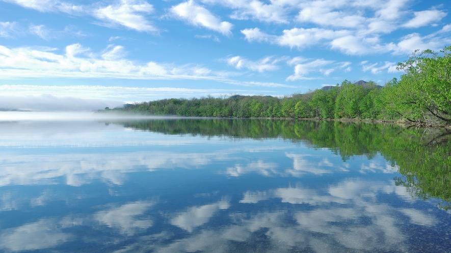 夏空のリフレクション。屈斜路湖で