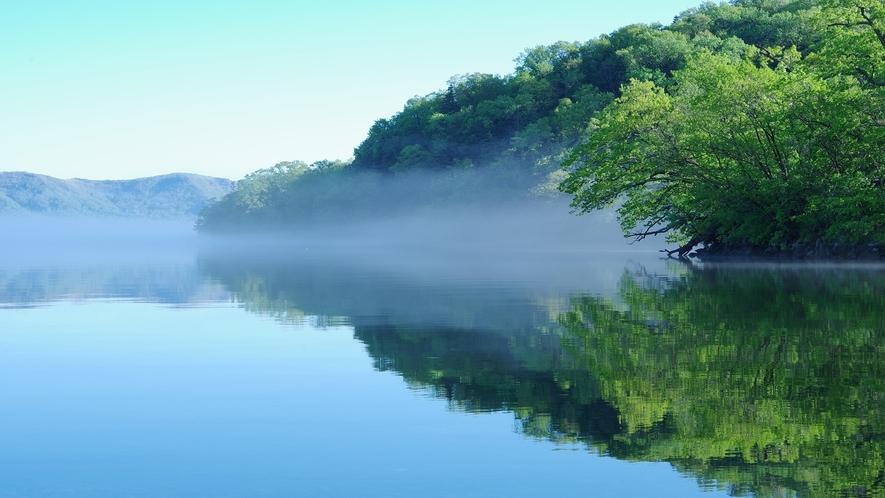 朝の屈斜路湖で