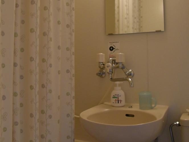 客室内のバスルーム。ユニットバスになります。