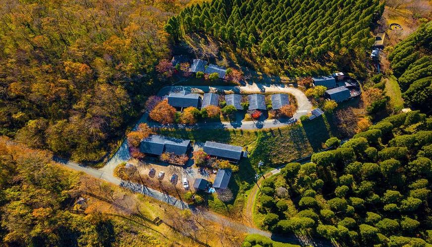 """【外観】九重連山に囲まれた自然豊かな""""隠れ宿""""。段々畑のようなお部屋配置が特徴です"""